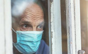 El traslado de un residente de un asilo de ancianos a una nueva instalación podría provocar la pérdida de contacto con familiares y amigos. (Bonsales/Adobe Stock)