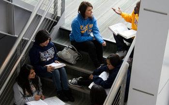 Colegios comunitarios de California han visto una caída en la inscripción de hombres, lo que significa el doble de la caída observada entre las estudiantes mujeres, esto ha impulsando esfuerzos de alcance específicos. (Campaña por la Oportunidad Universitaria)