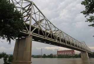 Presidents Barack Obama and Donald Trump failed on promises to secure funding to repair the 50-year-old Brent Spence Bridge spanning the Ohio River at Cincinnati. (Atony-22/Wikimedia Commons)