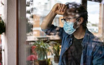 Los sentimientos de ansiedad han persistido durante la pandemia y continúan mientras las personas se estresan por volver a la normalidad. (pikselstock / Adobe Stock)