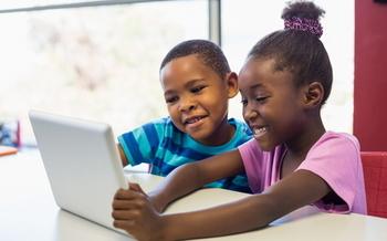 Algunas escuelas no tienen acceso a clases STEM para estudiantes subrepresentados, lo que puede generar una brecha de equidad en las carreras STEM más adelante en la vida. (Stock de Adobe)