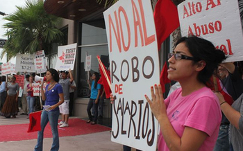 PHOTO: Protestors at Zuzhi Restaurant Bar in McAllen claim owners owe wages to former employees (7/11/2012). Photo credit: Fuerza del Valle Workers Center