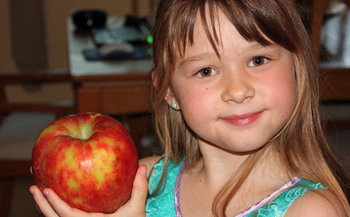 PHOTO: It's a crunch that will be heard around the state for today's Maryland Day. Students and residents are encouraged to bite into an apple at 10 a.m. to raise awareness about the importance of school breakfast. Credit: Deborah C. Smith